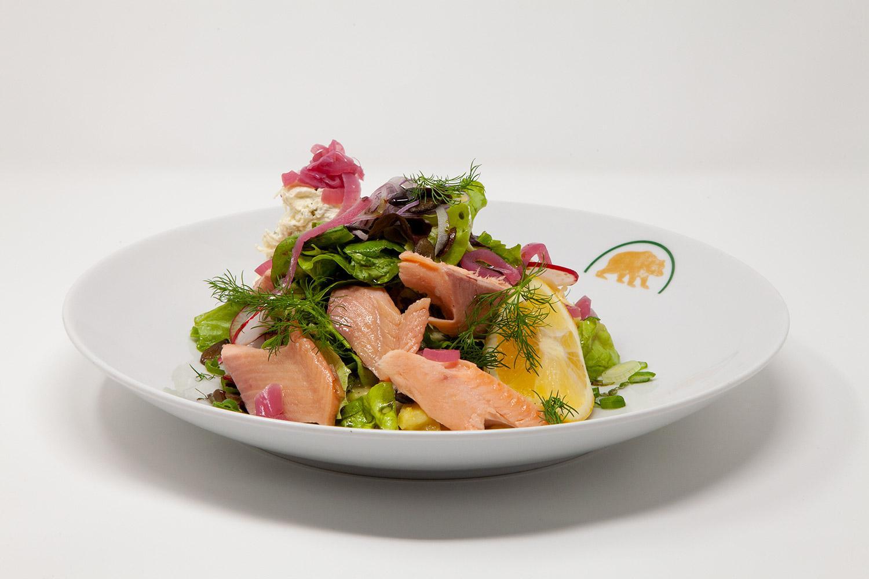 Salat mit geraeucherten Fischen